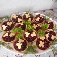 Тарталетки со свекольным салатом