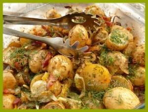 Молодой картофель с беконом и овощами